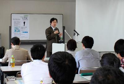 [写真6] 連れ去り・引き離しの法的問題について説明する小嶋勇弁護士